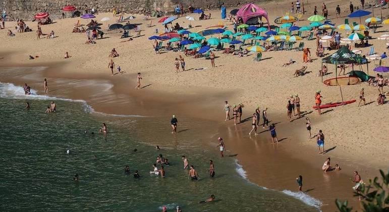 Com menos restrições, praias ficam lotadas no 1º dia do feriado prolongado