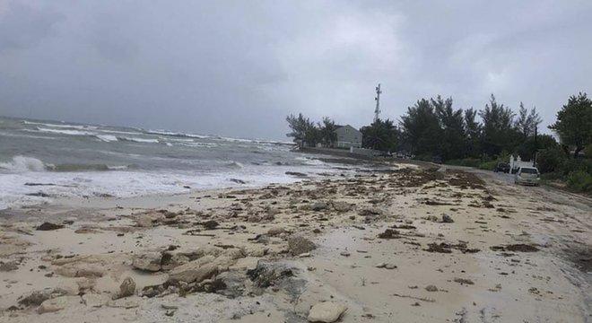 Em Nassau, o mar começou a ficar agitado no fim da tarde do domingo