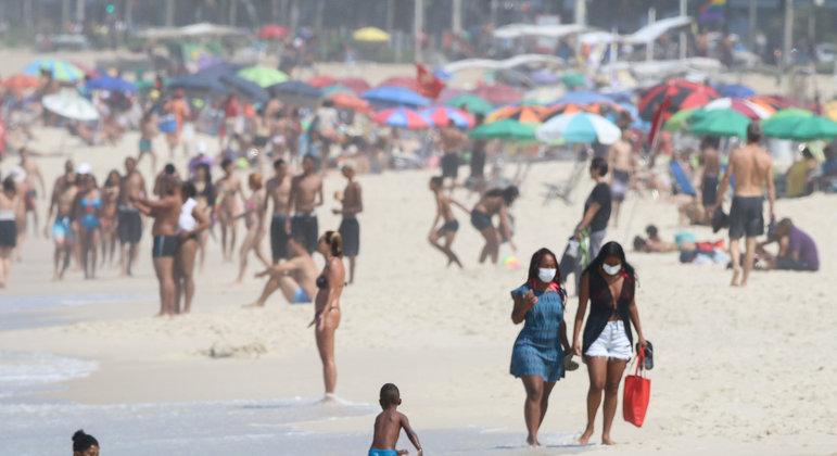 Movimentação na praia do Arpoador, no Rio, na tarde deste domingo