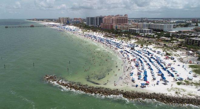 Praia da Flórida cheia no feriado prolongado de 4 de julho