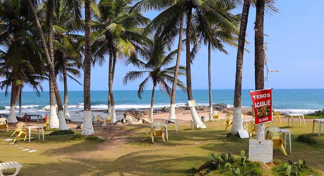 Quiosques vazios na praia da Pedro do Sal, em Salvador (BA)