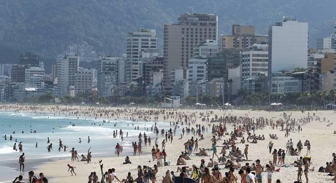 Banhistas na praia de Ipanema, no Rio, neste sábado (25). Estado registra mais de 12 mil mortes por covid-19