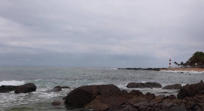 Praia de Itapuã, mesmo nublada, não costuma ficar vazia
