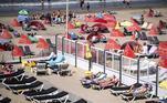Se for para aproveitar o calor, é necessário fazer com responsabilidade com a própria vida e com a das outras pessoas. Nesta praia de Zandvoort, nos Países Baixos, é possível observar o passeio, mas com distanciamento social