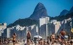 As praias do Rio de Janeiro ficaram cheias neste domingo (2), primeiro após nova flexibilização das regras de isolamento válidas desde o sábado (1º). Na imagem, pessoas se concentram na praia do Leme, na faixa de areia, o que ainda é proibido pelas regras da quarentena na cidade.