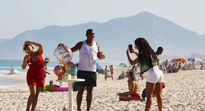 Movimentação na praia de Copacabana, enquanto Rio registra 175 novas mortes