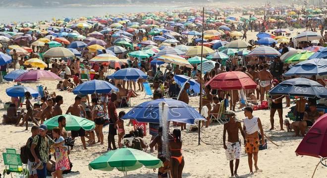 Movimentação em praia no Rio de Janeiro em uma sexta-feira de calor