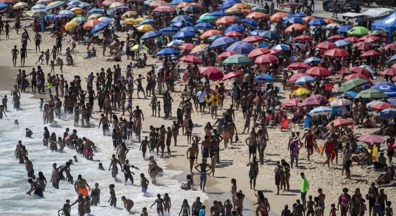 Multidão lotou praias do Rio de Janeiro nesta quarta-feira (20), feriado local