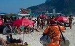Vendedores ambulantes - estes respeitando a determinação da prefeitura - também estiveram na praia