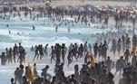 A praia de Ipanema também esteve movimentada e repleta de banhistas na tarde de domingo