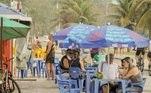 De acordo com a subsecretária da Vigilância Sanitária, Márcia Rolim, ambulantes fixos ou itinerantes podem trabalhar de 7h até as 18h, com venda de alimentos industrializados, sem autorização para comercializar bebidas alcoólicas.