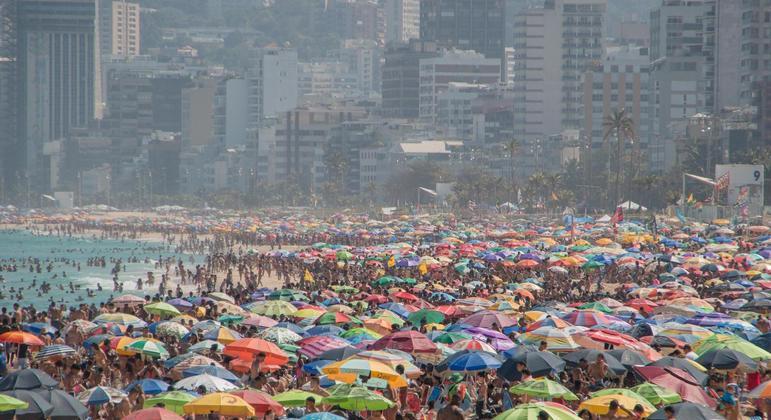 Movimento na praia de Ipanema, no Rio de Janeiro, no último domingo