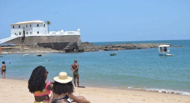Movimentação em praia de Salvador (BA), na sexta-feira (18)