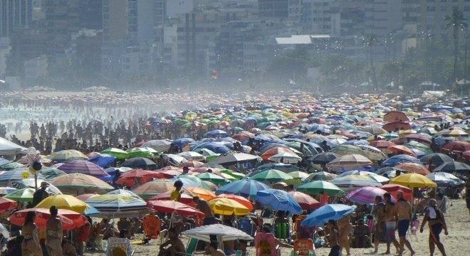 Enquanto candidatos iniciaram campanha no domingo, praias do Rio lotavam