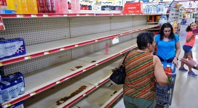Muitos supermercados ficaram desabastecidos com a aproximação da passagem do furacão