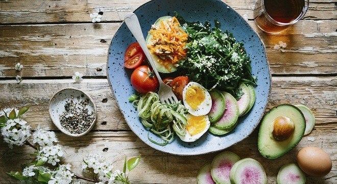 É importante que a base da dieta seja rica em vitaminas e minerais