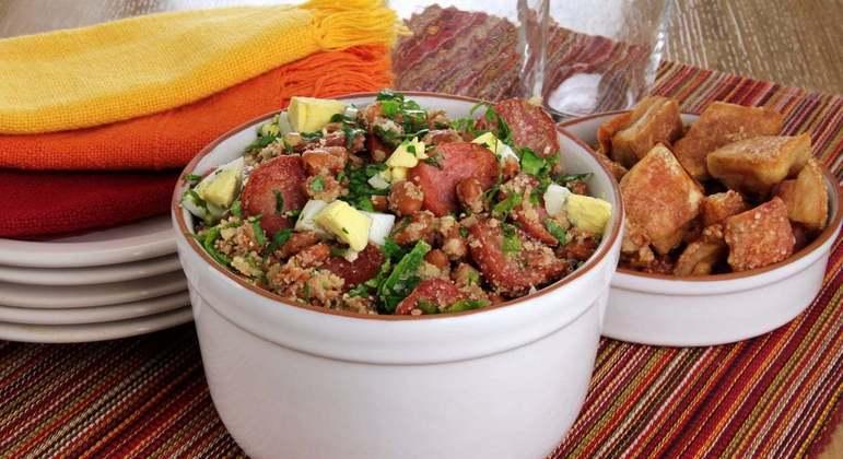 pratos com feijão-tropeiro