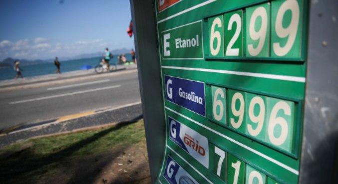 Preços de combustíveis em posto na praia de Copacabana, no Rio de Janeiro
