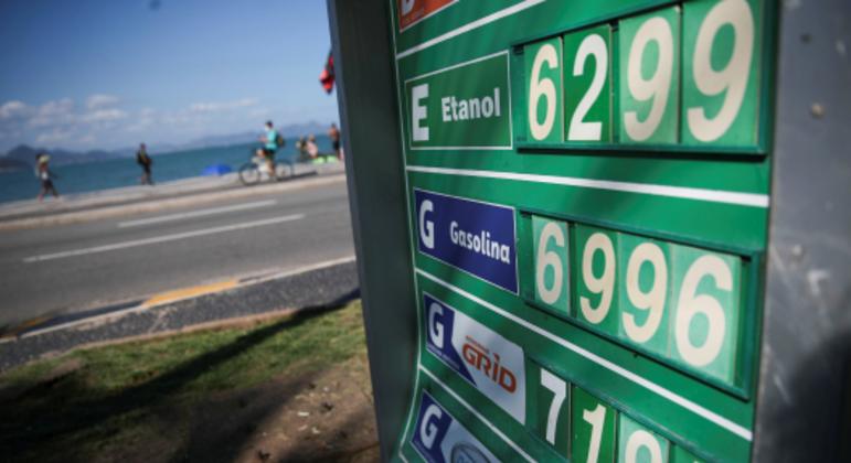 Preços de combustíveis em posto no Rio de Janeiro; reajustes seguidos pressionam a inflação