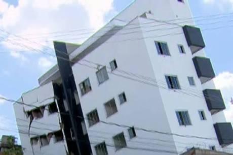 Rachaduras na estrutura assustam vizinhos