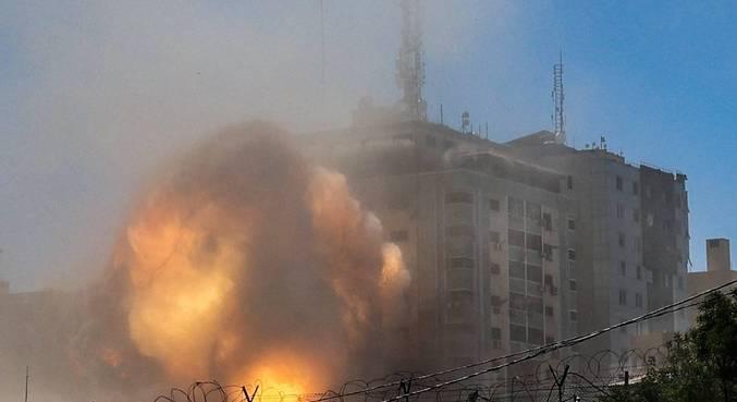 Prédio com escritórios da Al Jazeera e AP bombardeado por Israel em Gaza