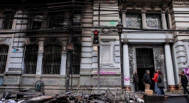 Edifícios de várias cidades acordaram no domingo com sérios danos causados pelos protestos