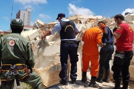Bombeiros trabalham em prédio que desabou