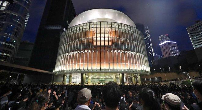 Uma multidão se reúne do lado de fora do prédio do Parlamento