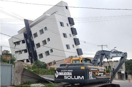 Duas máquinas vão ser usadas na demolição
