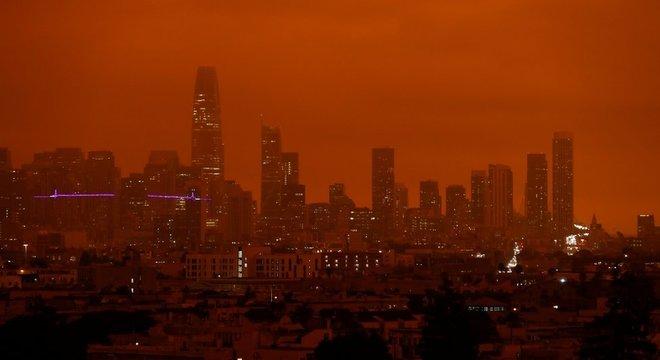 Incêndios florestais nos EUA em 2020 deixaram São Francisco banhada por uma luz fosca