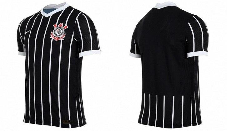 """Predominantemente preta, os detalhes em branco se destacam no design da camisa, desde as listras verticais, até a gola em """"V"""" e o acabamento nas mangas"""