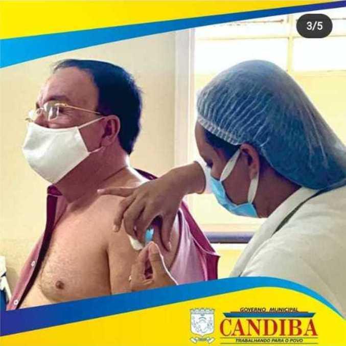 Prefeito postou na internet momento em que foi vacinado contra a covid-19