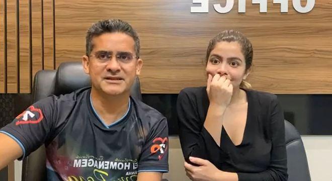 Prefeito eleito em Manaus faz pronunciamento ao lado da filha