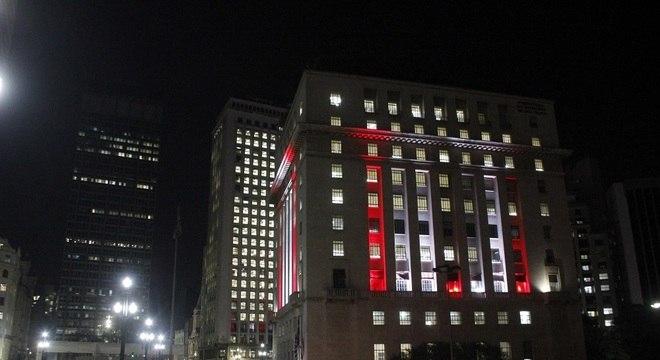 Prédio da prefeitura, iluminado em homenagem a vítimas de tragédia no Líbano