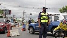 Motoristas passam por barreiras sanitárias na chegada a Santos