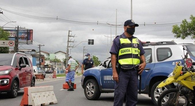 Guarda participa de barreira sanitária na entrada de Santos (SP)