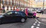 O acidente aconteceu numa rua onde a velocidade máxima permitida é 35 km/h e, apesar de ter colidido com outros veículos estacionados, ninguém ficou ferido
