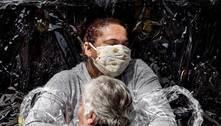 Abraço de idosa em enfermeira em SP vence prêmio de fotojornalismo