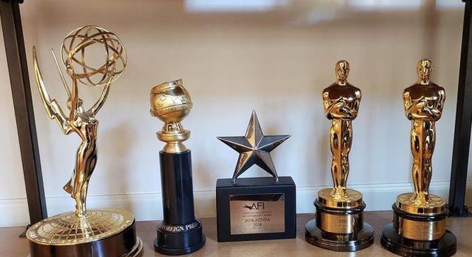 Jane Fonda mostrou alguns de seus prêmios após vencer o Globo de Ouro