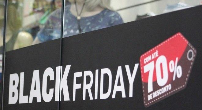 Loja com banner sobre a Black Friday em São Paulo