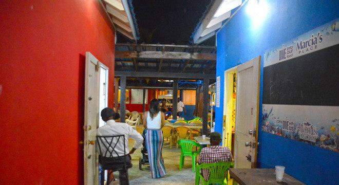 Prepare-se para percorrer os corredores do mercado e experimentar o aroma que emana dos pequenos restaurantes.