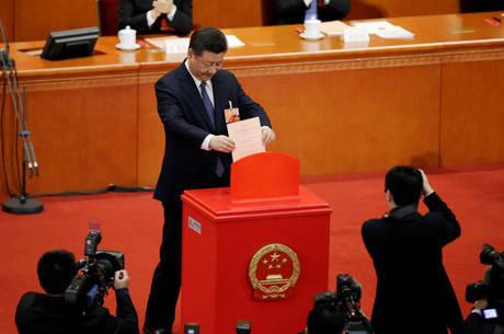 O presidente Xi Jimping deposita seu voto em urna do parlamento chinês, em sessão que alterou a constituição do país