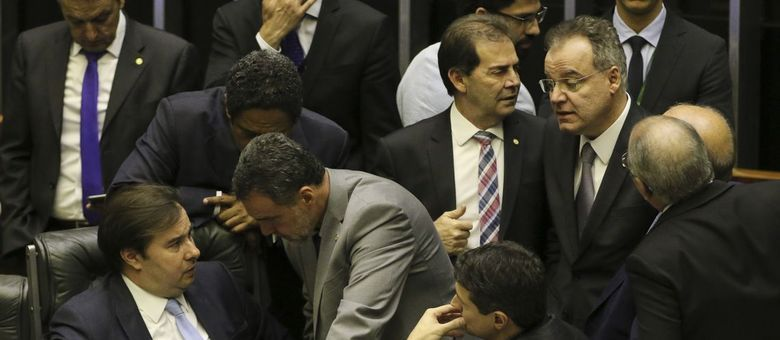 Presidente da Câmara, Rodrigo Maia, conversa com deputados durante a votação da reforma da Previdência