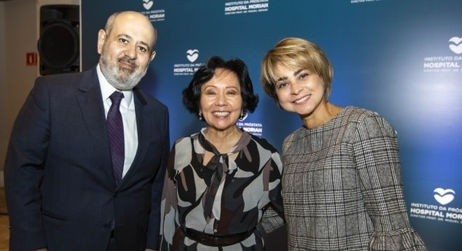 Luiz Cláudio Costa, presidente da Record TV, e a esposa, Patrícia (à dir.) e Eunice Higuchi, da Life (centro)