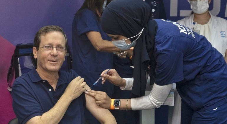 Presidente israelense, Isaac Herzog, recebe terceira dose da vacina anticovid-19