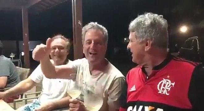 Presidente aparece na companhia de amigos no vídeo