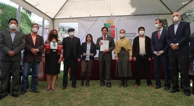 Presidente do TSE boliviano, Salvador Romero, mostra acordo para novas eleições