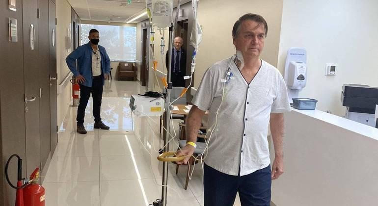 Presidente posta foto caminhando no hospital