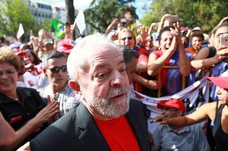 Lula é acusado de receber apartamento como propina