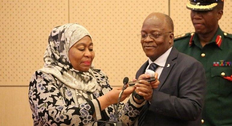 A vice-presidente Samia Hassan (e) anunciou a morte de John Magufuli